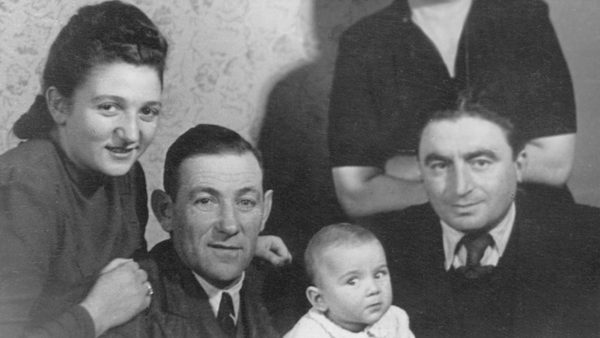 סוניה עם אביה, בתה ובעלה. תמונה: Jewish Partisan Education Foundation