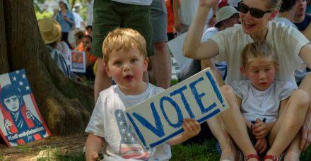 אמהות, אל תפחדו לדבר על פוליטיקה וצאו להצביע