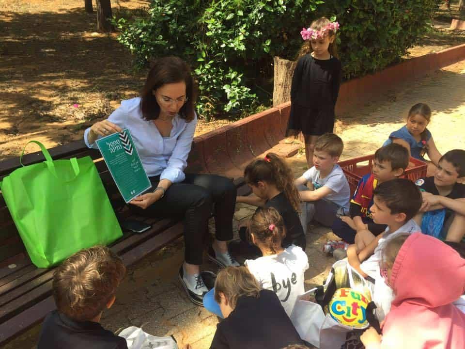 סיניה זילברמן חונכת עוד ספסל נתינה