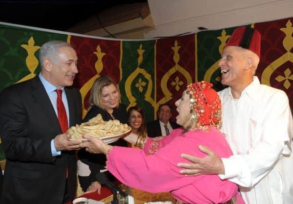 """צילום: לע""""מצילום: ראש הממשלה נתניהו מקבל לידיו את צלחת המופלטות."""