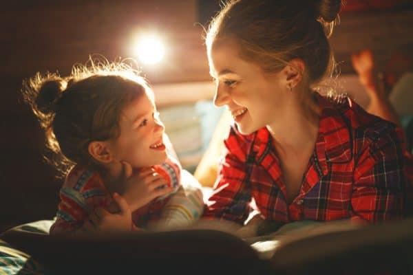 אם וביתה קוראות. צילום: Shutterstock