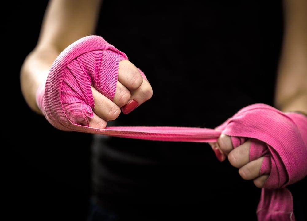 מגן ידיים אישה אגרוף. צילום: shutterstock