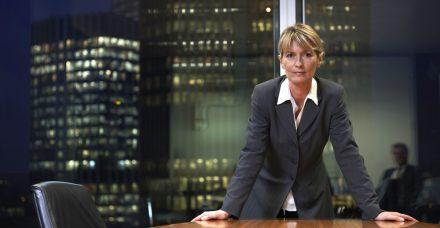 נשים בתפקידי ניהול בכירים מפוטרות יותר בהשוואה לגברים