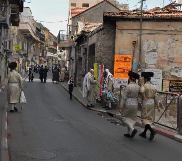 """חג סוכות בשכונת מאה שערים בירושלים. צילום מארק ניימן, לע""""מ"""