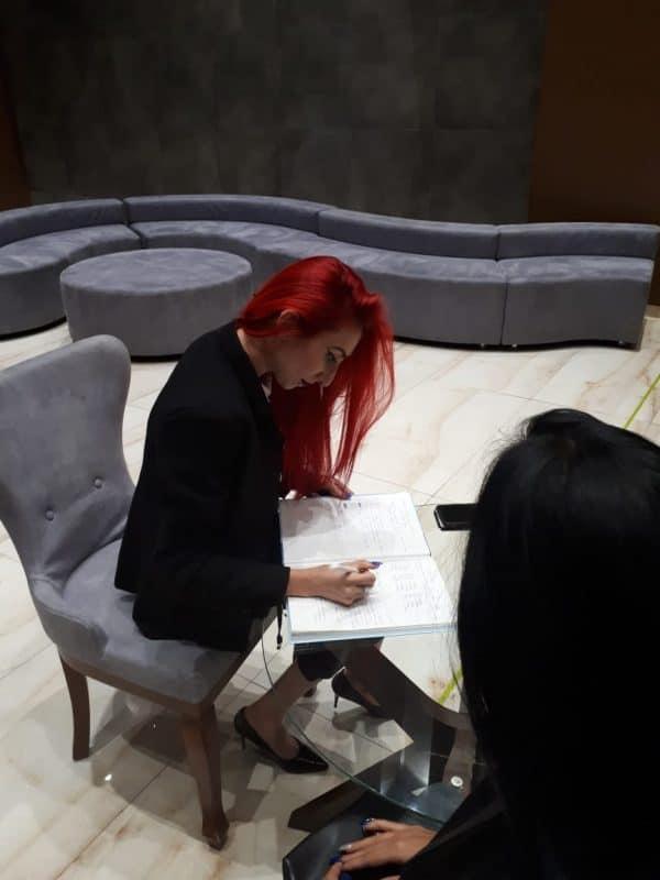 ג'ניפר איסקוב בעת עבודתה. צילום באדיבות המצולמת