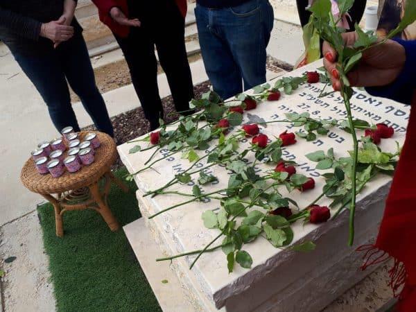 טקס זיכרון מעל קברה, שארגנה המשפחה של דקלה גדליה שנרצחה בבית שאן. צילום באדיבות המשפחה