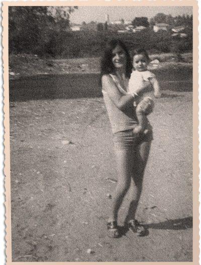 רנית קשקש (היום בן קימון) כתינוקת בזרועות דודתה בתמונה בשנות השבעים במעברת בית יעקב. התמונה באדיבות המשפחה