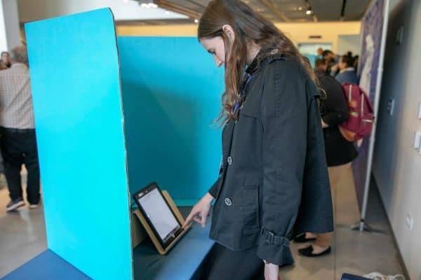 סטודנטית מצביעה בסקר. צילום: אלי דסה, אגודת הסטודנטים הבינתחומי הרצליה