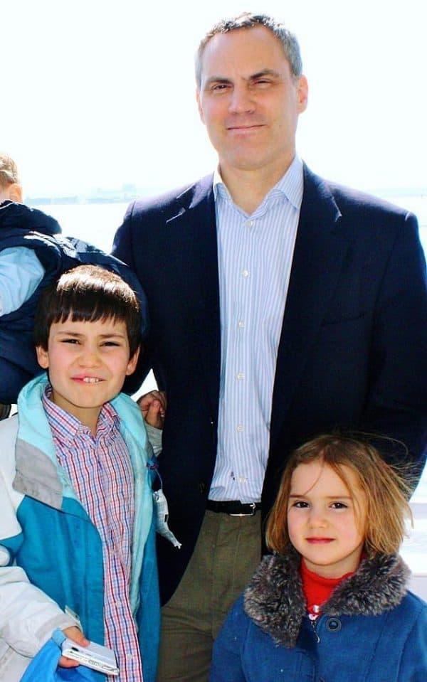 מתיו לינסיי עם ילדיו דניאל ואמילי שנרצחו בפיגוע בסרי לנקה. בתמונה שצולמה לפני שנים אחדות