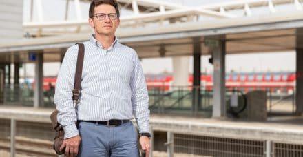 פגישה ברכבת: האיש שעוזר לבני הגיל השלישי