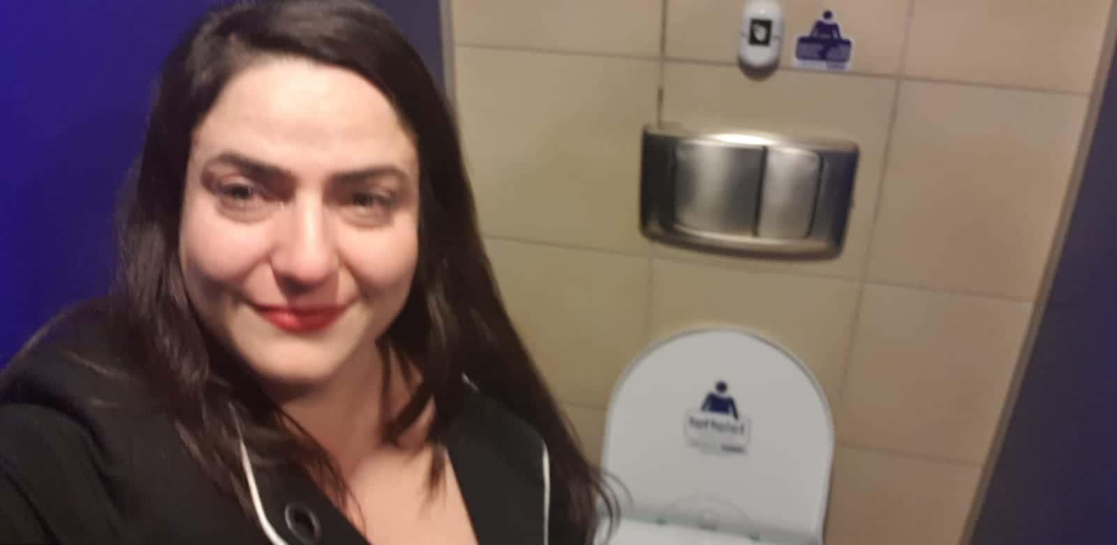 """ח""""כ מיכל בירן בשירותים של הכנסת אחרי שגילתה שהיא בהיריון. צילום עצמי"""