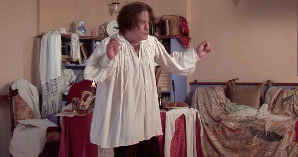 """אסי דיין ז""""ל. מתוך """"פיניטה לה קומדיה"""". צילום: עידו ברלד"""
