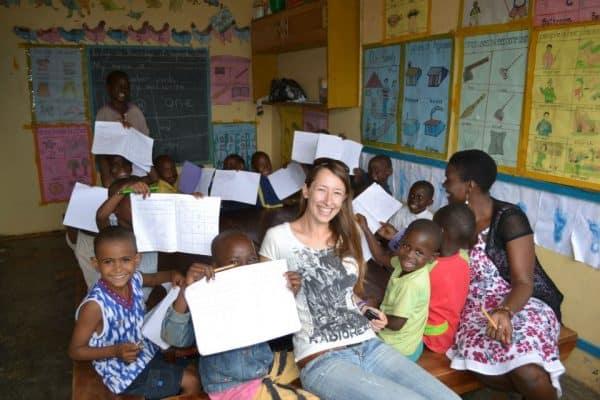 אלינה עם הילדים בעמותת אור קטן באוגנדה. צילום באדיבות אלינה