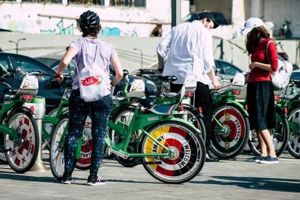 רוכבים בתל אביב. למצולמים אין קשר לכתבה. צילום: shutterstock