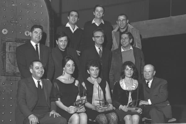 """זוכי פרס """"כינור דוד"""" לשנת 1964. עומדים למעלה, """"שלישית גשר הירקון"""", מימין לשמאל- בני אמדורסקי, אריק אינשטיין ויהורם גאון. עומדים במרכז, מימין לשמאל- שחקן התאטרון חיים טופול, הסטיריקאן אפרים קישון, ניסים אלוני והבמאי מנחם גולן. יושבים מימין לשמאל- השחקן מאיר מרגלית, השחקנית גילהאלמגור, הזמרת נחמה הנדל ורבקה רז. צילום: פריץ כהן, לעמ"""
