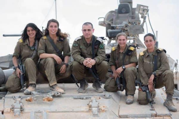 """הלוחמות עם קצין שריון ראשי, תא""""ל גיא חסון. צילום: דובר צה""""ל"""