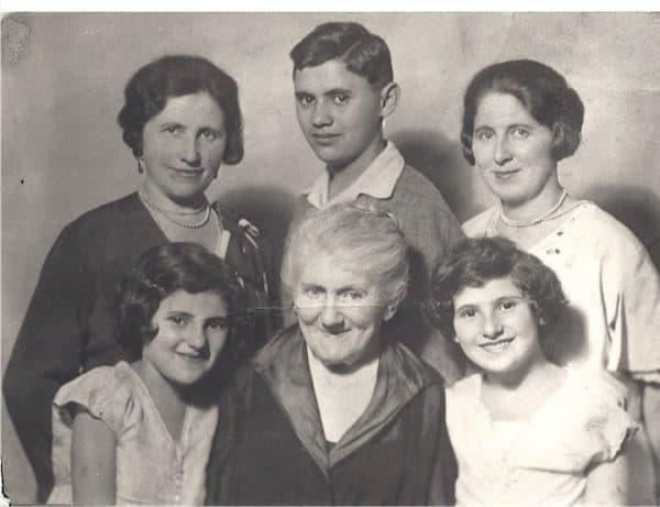 אסתר ויהודית בצעירותן