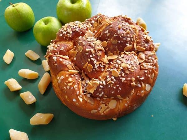 עוגת בריוש ותפוחים מקולקציית המאפים של טאטי