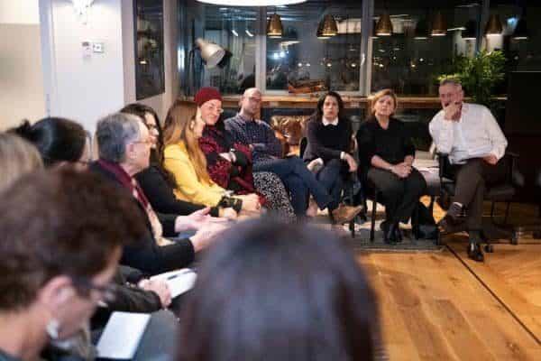בני גנץ במפגש עם פעילות פמיניסטיות. צילום: שריה דיאמנט