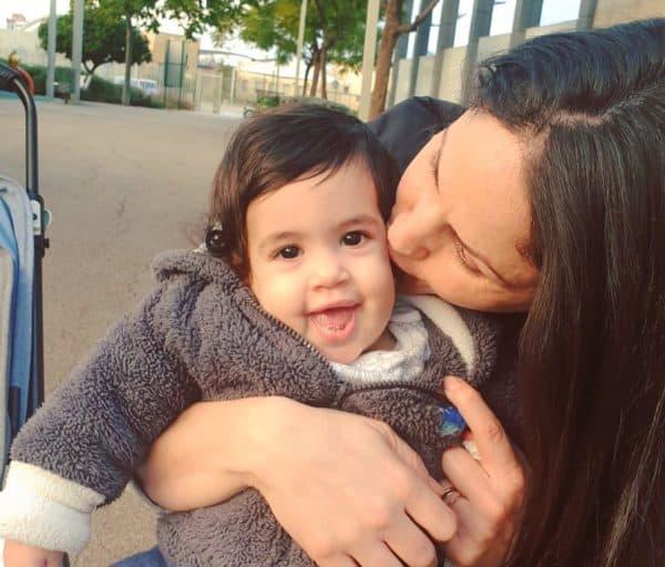 נעמה פולק ובתה הקטנה