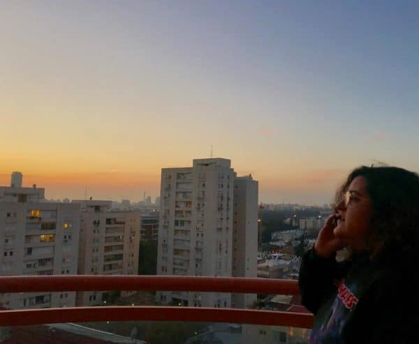ורדה והמרפסת. צילום באדיבות מורן יוסף