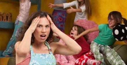 סגורות עם הילדים: איך יצא שגם במהלך מגיפה עולמית הגברים הצליחו שוב להתחמק מאחריות?