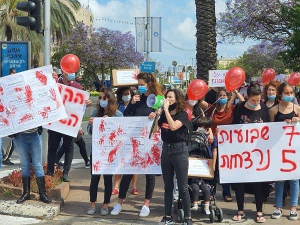 מחאת הנשים התחדשה. מפגינים ומפגינות יצאו להפגין בכל הארץ. בתמונה הפגנה בחולון, צילום חן אריאלי