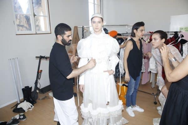 המעצב אהרון ישראל גניש עם הדוגמנית חן יאני בפריט בעיצובו