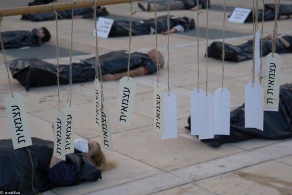 מיצג הגופות. כיכר הבימה 09.06.20 צילום ענת בלקינד
