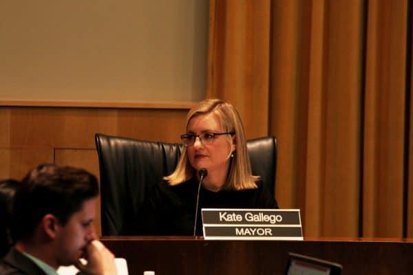 קייט גלגו מנהלת את ישיבת מועצת העיר פיניקס, אריזונה. צילום shutterstock