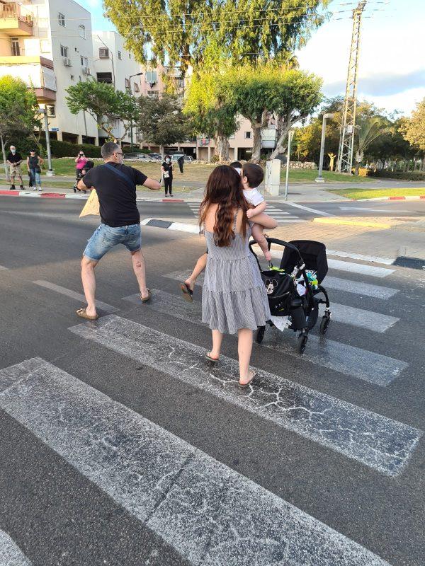 התוקף, אשתו והילד נמלטים מהמקום. בדרך כפי שניתן לראות בתמונה, הוא ממשיך לתקוף את העוברים והשבים שמנסים לעצור אותו. צילום דב שמש