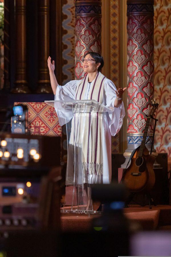 הרבה אנג'לה בוכלד מובילה את תפילת 'קול נדרי' צילום Alan Barnett