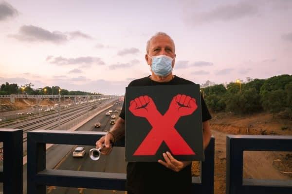 """דב שמש המפגין שצילם בהפגנה קודמת על גשר קק""""ל"""