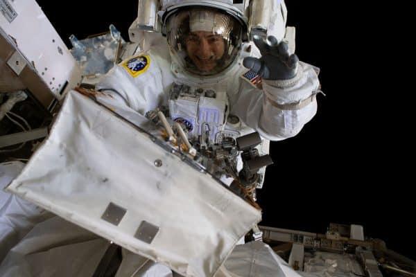 """במהלך הליכת החלל. מנופפת לשלום לקריסטינה קוך האסטרונאטית שעשתה איתה היסטוריה. צילום נאס""""א"""