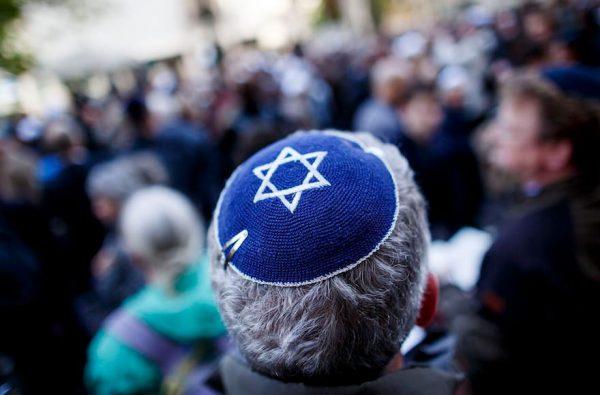 יהודי חובש כיפה במהלך הפגנה נגד אנטישמיות בברלין, 25 באפרילת 2018 (קרסאן קואל/Getty Images)