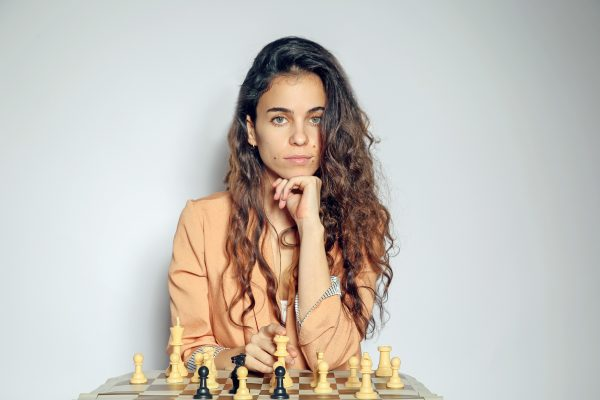 "ניב סופר מייסדת ביה""ס לשחמט Ladies don't play Chess צילום דיקלה שי"
