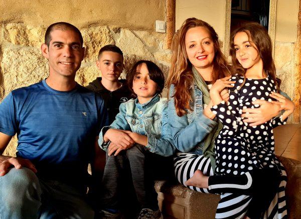 משפחת רון: אריאל, עדי, דניאל, אמרי ואביב בפתח ביתם החדש במצפה רמון