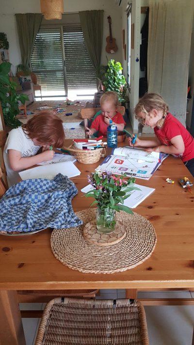 ילדי משפחת תמנה-יער בלמידה והנאה. צילום ביתי