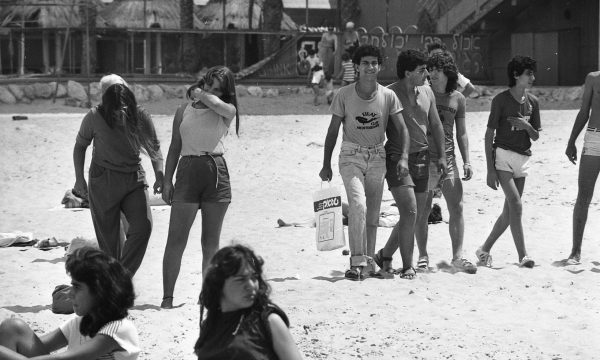 """נערים בחוף הים בתל אביב, שנת 1983. מתוך אוסף דן הדני, אוסף התצלומים הלאומי ע""""ש משפחת פריצקר, הספרייה הלאומית"""