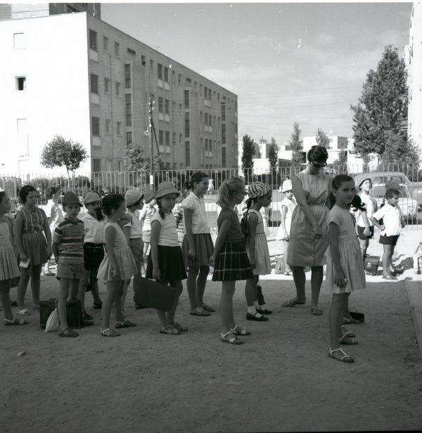 ילדים בבית ספר בתל אביב. צילום: בוריס כרמי, מתוך אוסף מיתר, הספרייה הלאומית