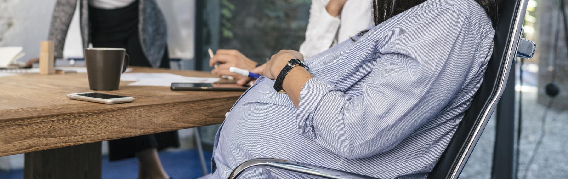 מחקר חדש חושף את העמדה השלילית של מעסיקים על נשים בהיריון ואמהות טריות