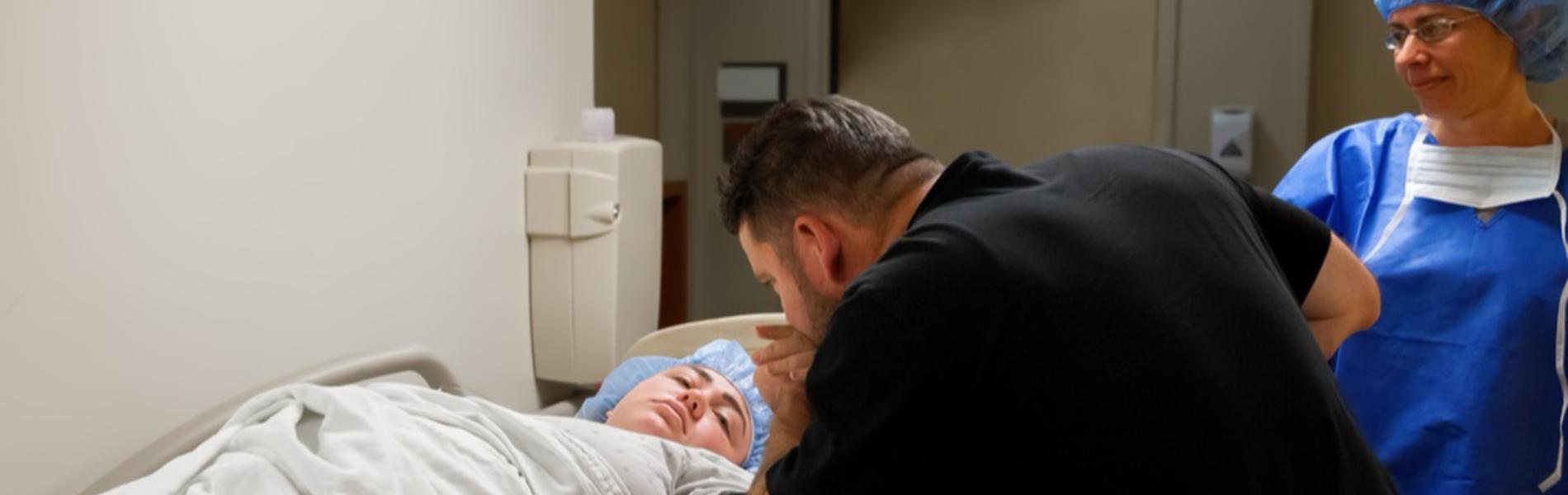 נוכחות חסרה: האבות שבחרו להישאר מחוץ לחדר הלידה