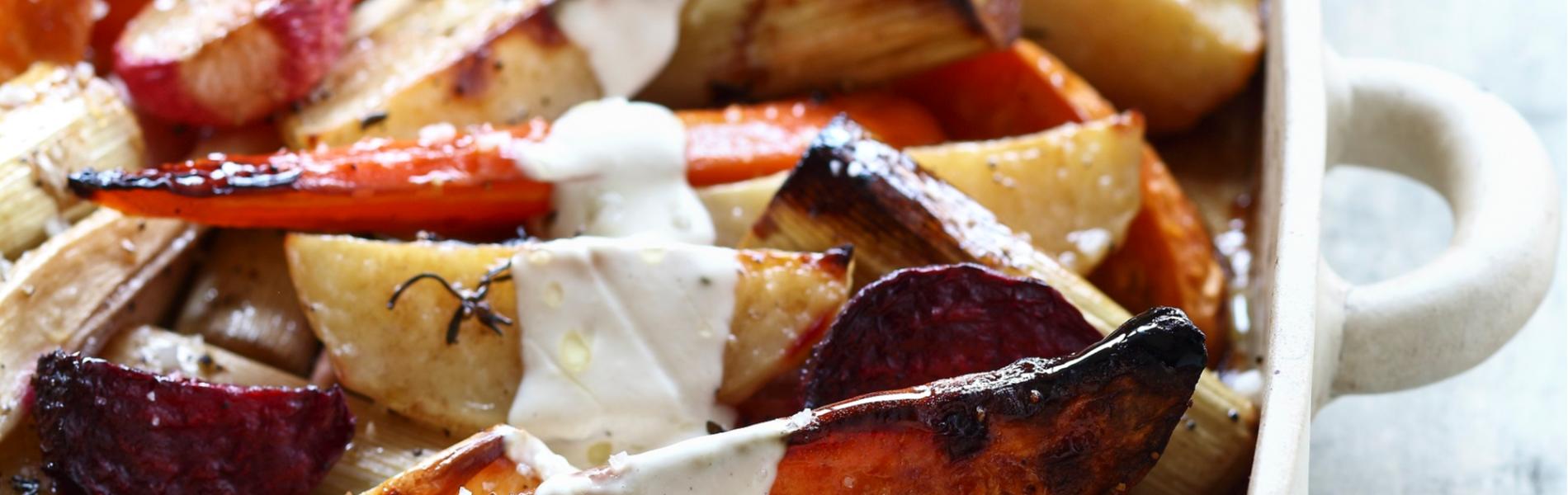 ירקות אנטיפסטי קלויים בתנור מוגשים עם יוגורט קשיו פיקנטי מתקתק