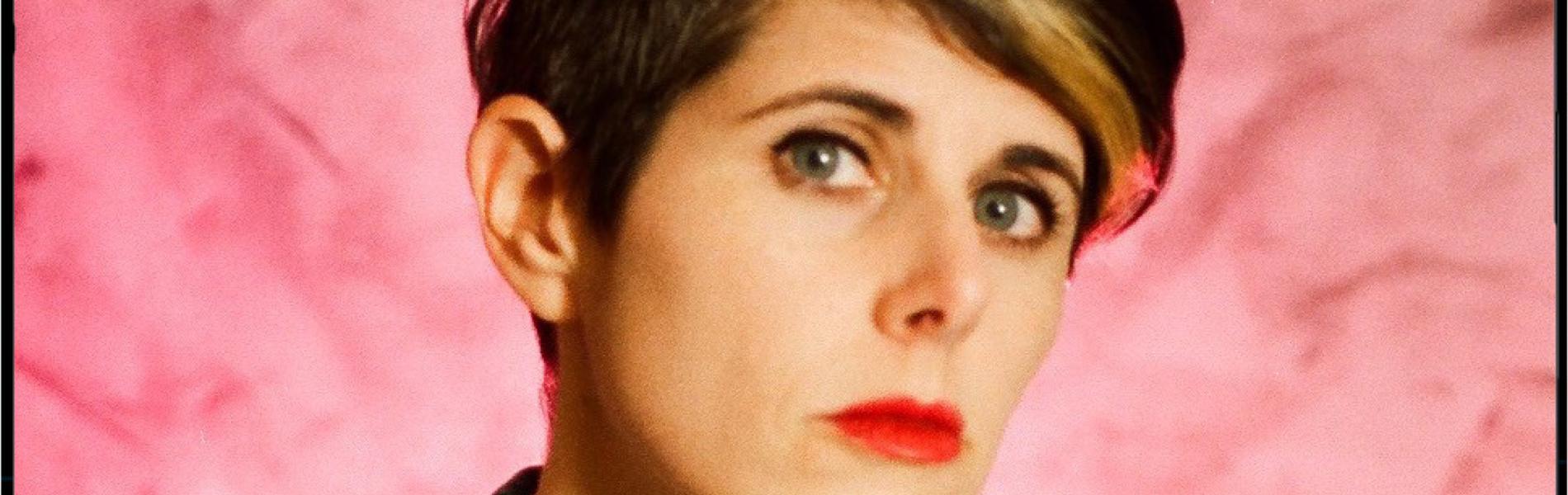 עדי שחם: מזמרת שכותבת למגירה למוזיקאית שיוצרת אלבום פופ פמיניסטי לבד בבית