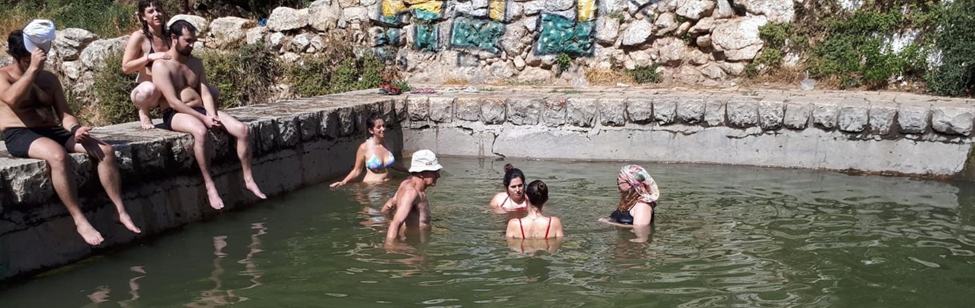 אבנים, קללות והשפלות: נשים מגורשות ממעיינות בירושלים מדי שישי