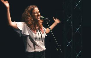פואטרי סלאם: 11 נשים בועטות שכדאי לכם לשמוע