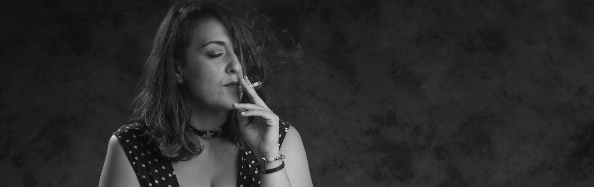 מסך עשן: 49 נשים וגברים, מאות סיגריות וצלם אחד שלא עישן מעולם