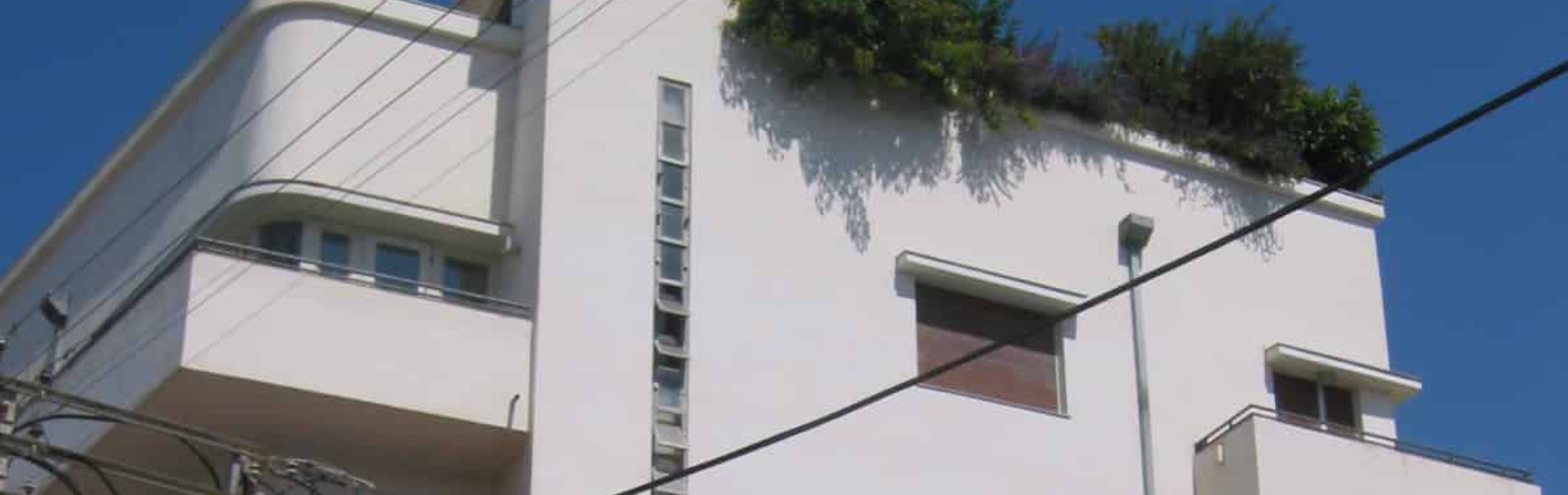הבניין שמפיח את השממה מרחוב הבנקים של תל אביב