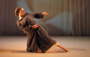 """""""אני אישה, חרדית, חסידית ורקדנית"""": גיטי פורגס פורצת גבולות"""
