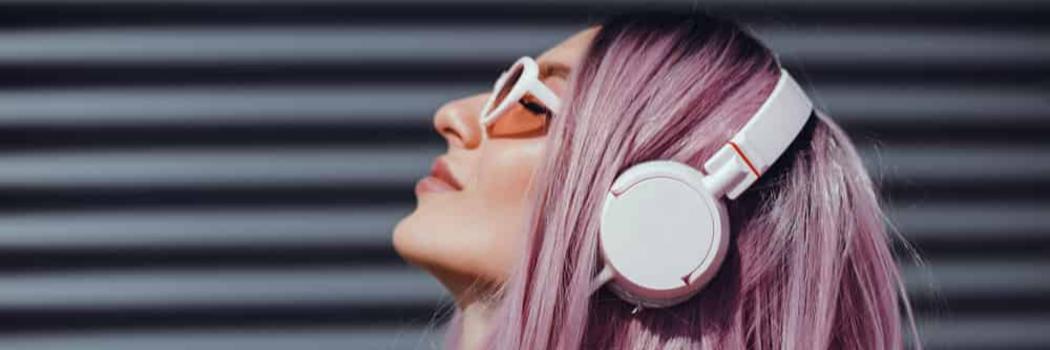 אישה עם אוזניות. צילום: shutterstock